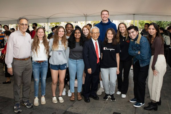 Syukuro Manabe posing for a photo with Princeton first-year undergraduate students
